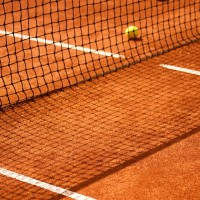 Ball im Tennisnetz